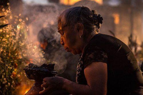 "Mujer con copal durante la ""alumbrada"". Jordi Cueto-Felgueroso Arocha CC BY SA 4.0"